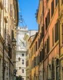 Στενή οδός της Ρώμης και της άσπρης εκκλησίας με τα κουδούνια Στοκ Εικόνα
