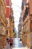 Στενή οδός τουριστών της πόλης της Κέρκυρας Στοκ εικόνα με δικαίωμα ελεύθερης χρήσης