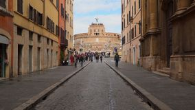 Στενή πάροδος που οδηγεί στους αγγέλους Castle στη Ρώμη απόθεμα βίντεο