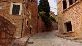 Στενή πάροδος στο ρομαντικό μικρό ισπανικό χωριό φιλμ μικρού μήκους