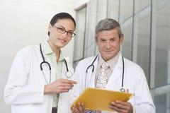 στενοί γιατροί που χαμογελούν επάνω Στοκ φωτογραφία με δικαίωμα ελεύθερης χρήσης