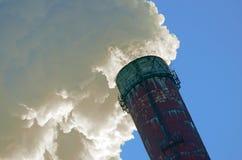 Στενοί επάνω καπνός και ουρανός CHP σαλπίγγων Στοκ Εικόνα