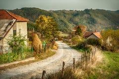 Στενοί οδικοί άνεμοι περασμάτων μέσω του όμορφου ορεινού χωριού στοκ εικόνα
