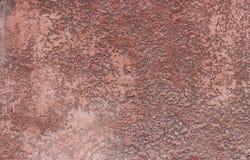Στενοχωρημένος κόκκινος τοίχος ασβεστοκονιάματος με το ραγισμένο υπόβαθρο Grunge πλαισίων επιφάνειας στοκ εικόνα με δικαίωμα ελεύθερης χρήσης