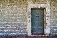 Στενοχωρημένος τοίχος και κλειστό σκηνικό πορτών στοκ φωτογραφία