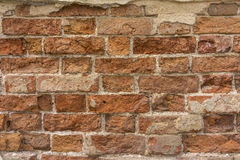 Στενοχωρημένος τοίχος με τη σπασμένη σύσταση τούβλων στοκ εικόνα με δικαίωμα ελεύθερης χρήσης