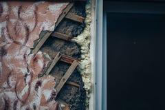 Στενοχωρημένος τοίχος με τις τρύπες στο ασβεστοκονίαμα και το ξύλινο πηχάκι στοκ φωτογραφίες με δικαίωμα ελεύθερης χρήσης