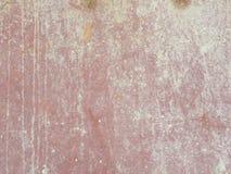 Στενοχωρημένο σκούρο κόκκινο και άσπρο υπόβαθρο φύλλων μετάλλων χρώματος Στοκ Φωτογραφία