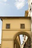 Στενωπός στη Φλωρεντία με τη μεγάλη ιταλική αρχιτεκτονική στοκ εικόνα