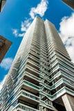 Στενός ένας επάνω ενός τεράστιου ουρανοξύστη στην πόλη της Χάγης στοκ εικόνα