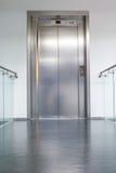 Στενός ανελκυστήρας στην αίθουσα Στοκ Εικόνες