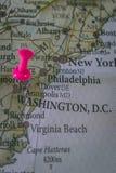 στενός δ χάρτης γ επάνω στην Ουάσιγκτον Γ καρφίτσα που δείχνεται στον παγκόσμιο χάρτη με ένα ρόδινο pushpin στοκ εικόνες
