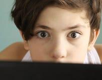 Στενός επάνω αγοριών εφήβων εξαρτημένων παιχνιδιών στον υπολογιστή Στοκ Εικόνες