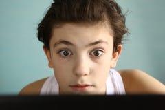 Στενός επάνω αγοριών εφήβων εξαρτημένων παιχνιδιών στον υπολογιστή Στοκ Φωτογραφία