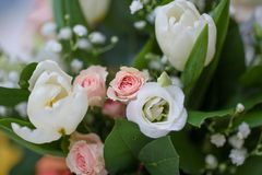 Στενός επάνω γαμήλιων διακοσμήσεων με τα τριαντάφυλλα Στοκ Φωτογραφίες