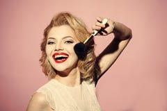 Στενός επάνω γυναικών μόδας πρότυπος fece Γυναίκα προσώπου με την ευτυχή συγκίνηση Αισθησιακό ξανθό κορίτσι με το κομψό makeup, p Στοκ Εικόνα