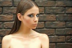 Στενός επάνω γυναικών μόδας πρότυπος fece Γυναίκα προσώπου με την ευτυχή συγκίνηση Γυναίκα με το πρόσωπο δερμάτων makeup, γυμνοί  Στοκ εικόνες με δικαίωμα ελεύθερης χρήσης