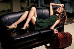 Στενός επάνω γυναικών μόδας πρότυπος fece Γυναίκα προσώπου με την ευτυχή συγκίνηση Η προκλητική γυναίκα χαλαρώνει στον καναπέ με  Στοκ Φωτογραφία