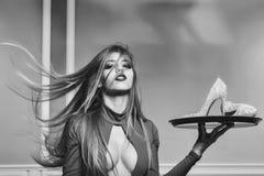 Στενός επάνω γυναικών μόδας πρότυπος fece Γυναίκα προσώπου με την ευτυχή συγκίνηση Γυναίκα με τα παπούτσια στο δίσκο Στοκ εικόνες με δικαίωμα ελεύθερης χρήσης
