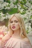 Στενός επάνω γυναικών μόδας πρότυπος fece Γυναίκα προσώπου με την ευτυχή συγκίνηση Η αισθησιακή γυναίκα στην άνθιση κερασιών ακού Στοκ φωτογραφίες με δικαίωμα ελεύθερης χρήσης