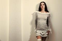 Στενός επάνω γυναικών μόδας πρότυπος fece Γυναίκα προσώπου με την ευτυχή συγκίνηση Η γυναίκα έχει μοντέρνο μακρυμάλλη Στοκ φωτογραφία με δικαίωμα ελεύθερης χρήσης