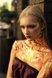 Στενός επάνω γυναικών μόδας πρότυπος fece Γυναίκα προσώπου με την ευτυχή συγκίνηση Αποκριές αποτελούν το προκλητικό κορίτσι Στοκ Εικόνα