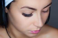 Στενός επάνω διαδικασίας αφαίρεσης Eyelash Όμορφη γυναίκα με τα μακροχρόνια μαστίγια σε ένα σαλόνι ομορφιάς στοκ φωτογραφίες