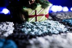 Στενός επάνω διακοσμήσεων Χριστουγέννων στον άνετο τάπητα Στοκ Φωτογραφίες
