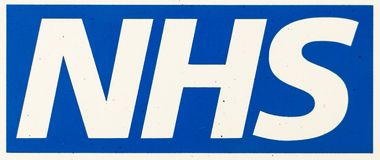 Στενός επάνω λογότυπων NHS Στοκ Φωτογραφία