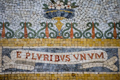 Στενός επάνω μωσαϊκών επιγραφής unum pluribus Ε Στοκ φωτογραφία με δικαίωμα ελεύθερης χρήσης