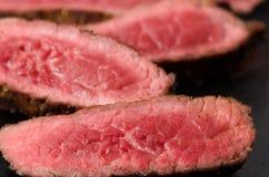Στενός επάνω πιάτων βόειου κρέατος σπάνιος τεμαχισμένος μπριζόλα στοκ εικόνα με δικαίωμα ελεύθερης χρήσης