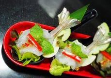 Στενός επάνω πιατελών μιγμάτων θαλασσινών, μπουφές θαλασσινών, θαλασσινά τρώει το εστιατόριο Στοκ Εικόνα