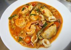 Στενός επάνω πιατελών μιγμάτων θαλασσινών, μπουφές θαλασσινών, θαλασσινά τρώει το εστιατόριο Στοκ Φωτογραφία