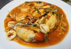 Στενός επάνω πιατελών μιγμάτων θαλασσινών, μπουφές θαλασσινών, θαλασσινά τρώει το εστιατόριο Στοκ Εικόνες