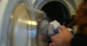 Στενός επάνω πλυντηρίων ατόμων uload φιλμ μικρού μήκους