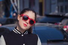 Στενός επάνω πορτρέτου ενός μοντέρνου κοριτσιού στα κόκκινα γυαλιά ηλίου Στοκ φωτογραφίες με δικαίωμα ελεύθερης χρήσης