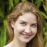 Στενός επάνω πορτρέτου της νέας όμορφης ξανθής γυναίκας Στοκ Φωτογραφίες