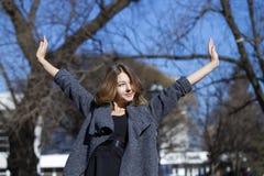 Στενός επάνω πορτρέτου της νέας όμορφης ξανθής μαθήτριας Στοκ εικόνα με δικαίωμα ελεύθερης χρήσης