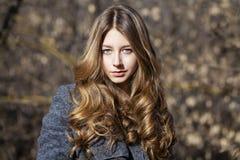 Στενός επάνω πορτρέτου της νέας όμορφης ξανθής μαθήτριας Στοκ Φωτογραφία