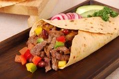 Στενός επάνω σάντουιτς περικαλυμμάτων burrito βόειου κρέατος Στοκ Εικόνες
