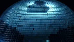Στενός επάνω σφαιρών disco καθρεφτών στο κέντρο μιας περιστροφής σε ένα μαύρο υπόβαθρο φιλμ μικρού μήκους