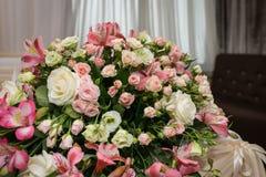 Στενός επάνω σύνθεσης λουλουδιών Όμορφη ανθοδέσμη στη μορφή κρητιδογραφιών Ρύθμιση λουλουδιών με τα τριαντάφυλλα στοκ εικόνα