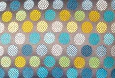 Στενός επάνω σύστασης υποβάθρου του πολύχρωμου κλωστοϋφαντουργικού προϊόντος με το σχέδιο κύκλων Στοκ εικόνα με δικαίωμα ελεύθερης χρήσης