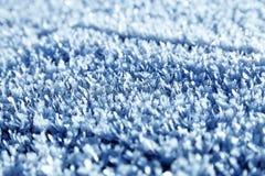 Στενός επάνω σύστασης χιονιού σε έναν ήλιο Μπλε ανασκόπηση χρώματος Στοκ εικόνα με δικαίωμα ελεύθερης χρήσης