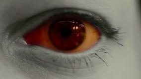 Στενός επάνω τρομακτικών ματιών φρίκης φιλμ μικρού μήκους