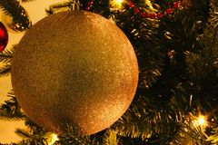 Στενός επάνω Χριστουγέννων από μια σφαίρα σε ένα πράσινο δέντρο Στοκ Φωτογραφία