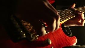 στενός ηλεκτρικός μουσικός κιθάρων που παίζει επάνω φιλμ μικρού μήκους