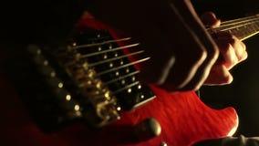 στενός ηλεκτρικός μουσικός κιθάρων που παίζει επάνω απόθεμα βίντεο