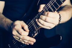 στενός ηλεκτρικός μουσικός κιθάρων που παίζει επάνω Στοκ Εικόνες