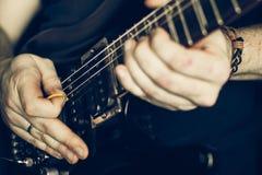 στενός ηλεκτρικός μουσικός κιθάρων που παίζει επάνω Στοκ φωτογραφία με δικαίωμα ελεύθερης χρήσης